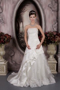 Romantic Strapless Court Train Taffeta And Lace Appliques Wedding Dress
