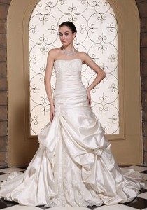 Exclusive Off White Wedding Dress Lace Decorate Bust And Pick-ups Gown
